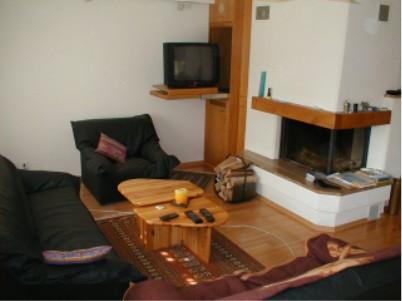 Im Wohnzimmer Ist Ein Heimkino Mit TV, Beamer, Leinwand, DVD, Video, Tuner  Und Bose Surround Sound Anlage Eingebaut.